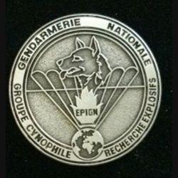 EPIGN : insigne métallique du groupe cynophile de recherche d'explosifs de l'escadron parachutiste d'intervention de la Gendarmerie nationale EPIGN de fabrication Boussemart 2002 modèle tout métal vieil argent