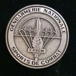 EPIGN : insigne métallique de brevet de sports de combat de l'escadron parachutiste d'intervention de la Gendarmerie nationale EPIGN de fabrication Boussemart 2002 modèle tout métal vieil argent