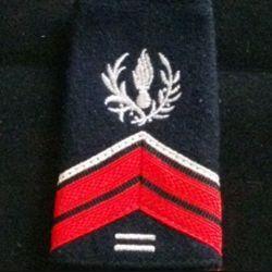 FOURREAU COMMISSARIAT : Fourreau de caporal engagé du commissariat avec deux barres d'ancienneté sur fond noir