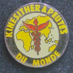 Pin's santé : pin's des kinésithérapeutes du monde de diamètre 2 cm