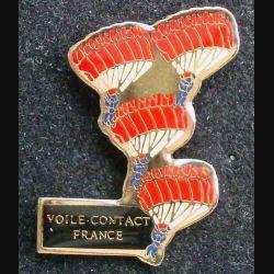 Pin's parachute : pin's représentant les voiles de contact de parachute