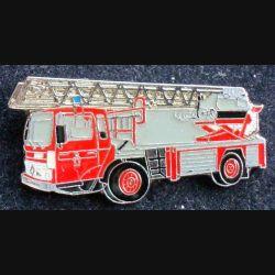 Pin's pompier : pin's représentant un camion de pompier grande échelle