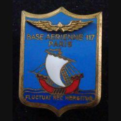 BA 117 : insigne métallique de la base aérienne 117 de Paris de fabrication Arémail en émail