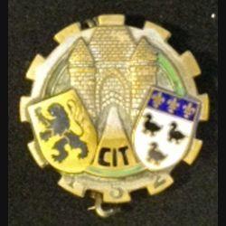 152°CIT : insigne métallique du 152° centre d'instruction du train de fabrication Aremail Paris G. 1364 dos grenu bronze en émail