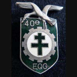 40° EQG : Insigne métallique du 40° escadron de quartier général fabrication FIA G. 3906 en émail avec défauts