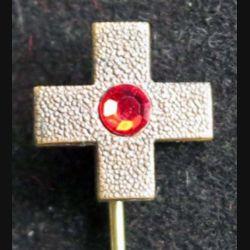 DIVERS : broche métallique représentant une petite croix avec une pierre rouge en son centre de taille 7 mm