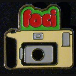 Pin's FOCI : pin's FOCI appareil pollaroid 2,8 cm x 3 cm de fabrication Loco Motiv
