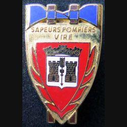 POMPIERS : insigne métallique des pompiers de Vire de fabrication Ballard sur son cuir (4)
